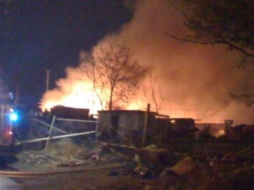 Di nuovo a fuoco il campo rom di Via Bonfadini! Aggiornamenti in diretta e foto.