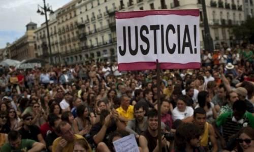 Gli indignados fanno un anno. A Barcellona sotto la Caixa Bank tra passato e futuro