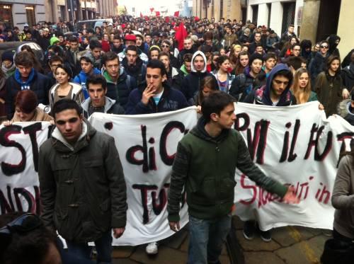 Milano 01.03 - Studenti in piazza contro austerity e Maroni, la Polizia carica!