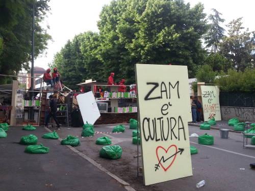 Stay Zam: la diretta dello sgombero e dal corteo a Palazzo Marino.