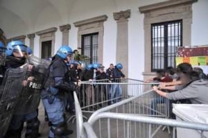 """Milano 10.05 - Contro gli sgomberi assediamo il """"magnifico"""" rettore!"""