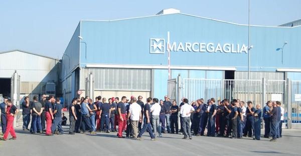 [DallaRete] Emma Marcegaglia festeggia la nomina all'Eni chiudendo la sua fabbrica di Milano. Operai bloccano Viale Sarca