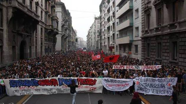 """Milano, 5.000 studenti in corteo: """"Istruzione gratuita, lavoro retribuito"""""""