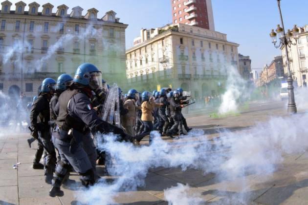 [DallaRete] Torino: studenti in piazza contro il vertice sul lavoro, cariche a freddo della Polizia