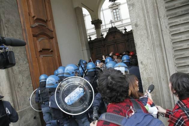 [DallaRete] 14 Novembre. La polizia carica alle spalle gli studenti. Il Questore si dimetta!