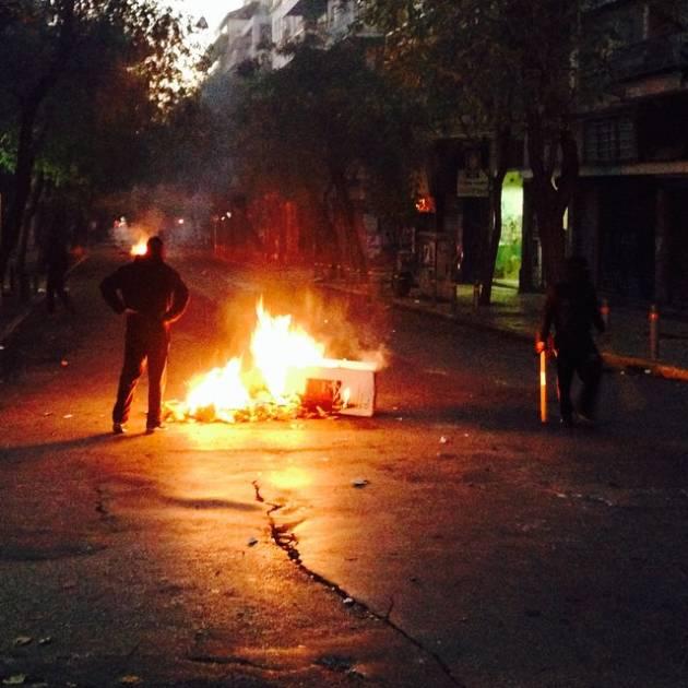 #AlexisVive – Migliaia in piazza in Grecia. Cariche, feriti e arresti