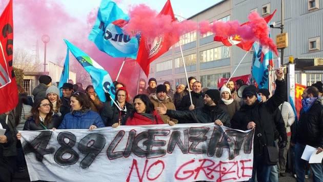 [News] Corteo e blocco del traffico, una mattinata di lotta a Cesano Boscone contro i licenziamenti E-care
