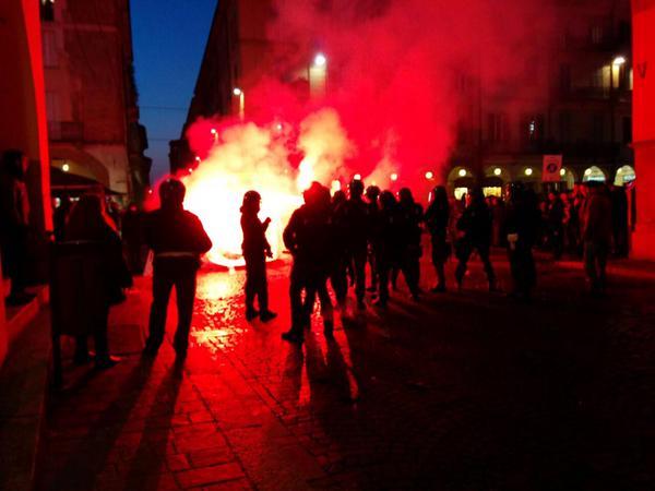 [DallaRete] Pavia: in piazza contro Casa Pound e Forza Nuova, la Polizia carica a difesa dei fascisti