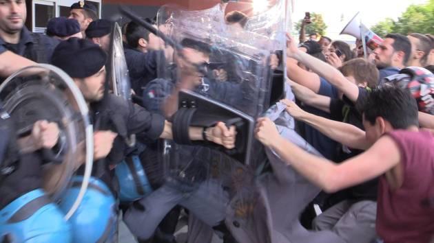 La Polizia carica gli studenti nell'Università Bicocca