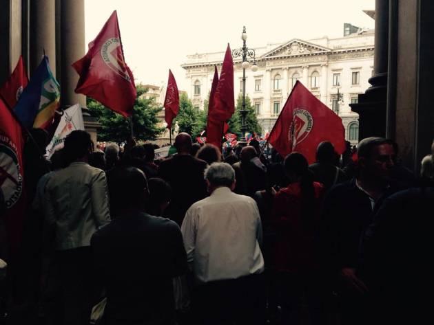 Milano – Fascisti sotto Palazzo Marino, antifascisti blindati in Galleria