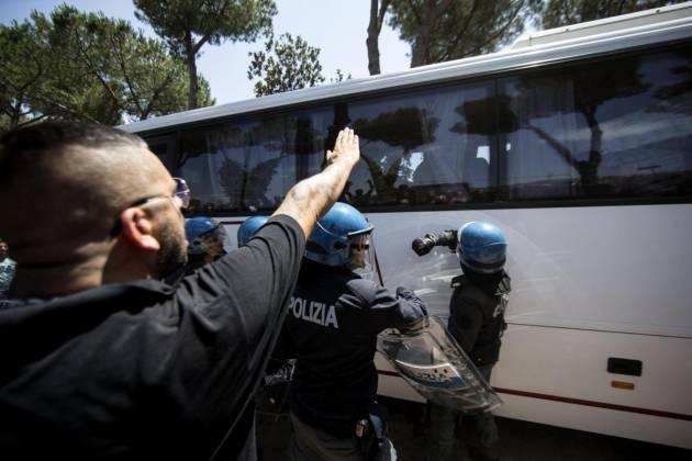 [DalleRete] Scontri e saluti romani contro l'arrivo dei profughi