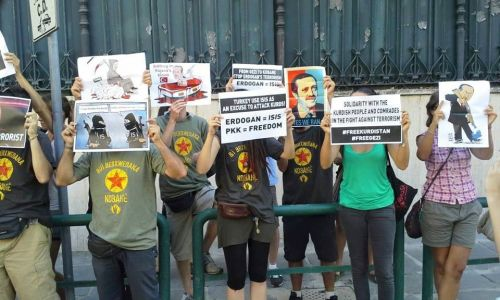 [DallaRete] Roma, attivisti si incatenano all'ambasciata turca: Erdogan assassino