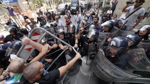 [DallaRete] Napoli – Cariche e scontri alla contestazione della presentazione del Coordinamento provinciale Noi con Salvini