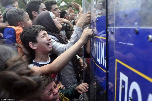 [DallaRete] Macedonia – Gas e granate contro i profughi