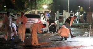 Sultanbeyli'de, Fatih Polis Merkezine düzenlenen bombalı saldırıda 5 polis memuru ve 2 vatandaş yaralandı. Olay yeri inceleme ekipleri çalışmalarını sürdürüyor.  (Ahmet Dumanlı - Anadolu Ajansı)