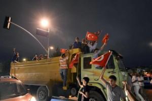 10desk3-spalla-turchia-protesta-giornale