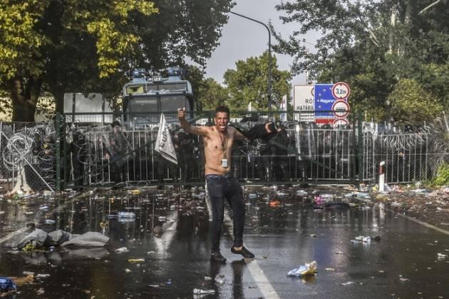 [DallaRete] Profughi: scontri al muro ungherese. I profughi tentano la via della Croazia