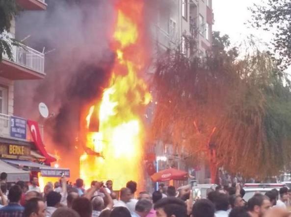 [DallaRete] Sconvolgenti attacchi di gruppi coordinati e linciaggi contro i curdi nella Turchia occidentale – Urgente