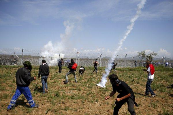 [DallaRete] Pietre e lacrimogeni contro i migranti a Idomeni