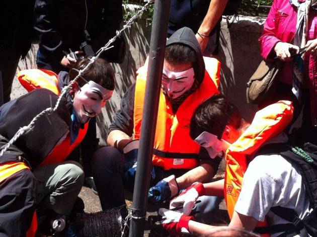 Non tollerare l'intollerabile: le immagini da Roma all'ambasciata Turca