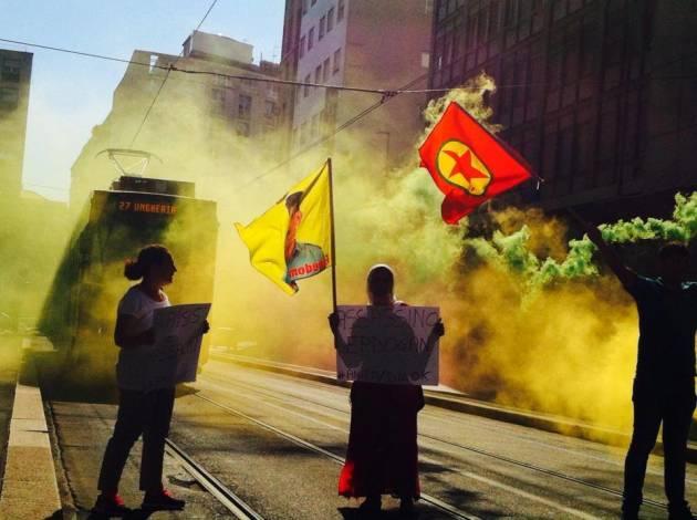 Azione al Consolato turco di Milano per la libertà di Ocalan e contro l'intervento turco in Rojava