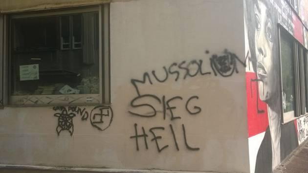 Scritte fasciste sui muri di Ri-Make