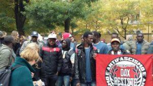 """La squadra di calcio di rifugiati Black Panthers con la bandiera che ricorda Davide """"Dax"""" Cesare"""