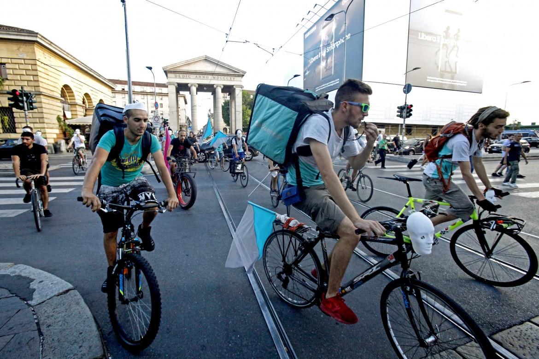 Spagna, fare il rider per Deliveroo è un lavoro, non un hobby (di Roberto Ciccarelli)