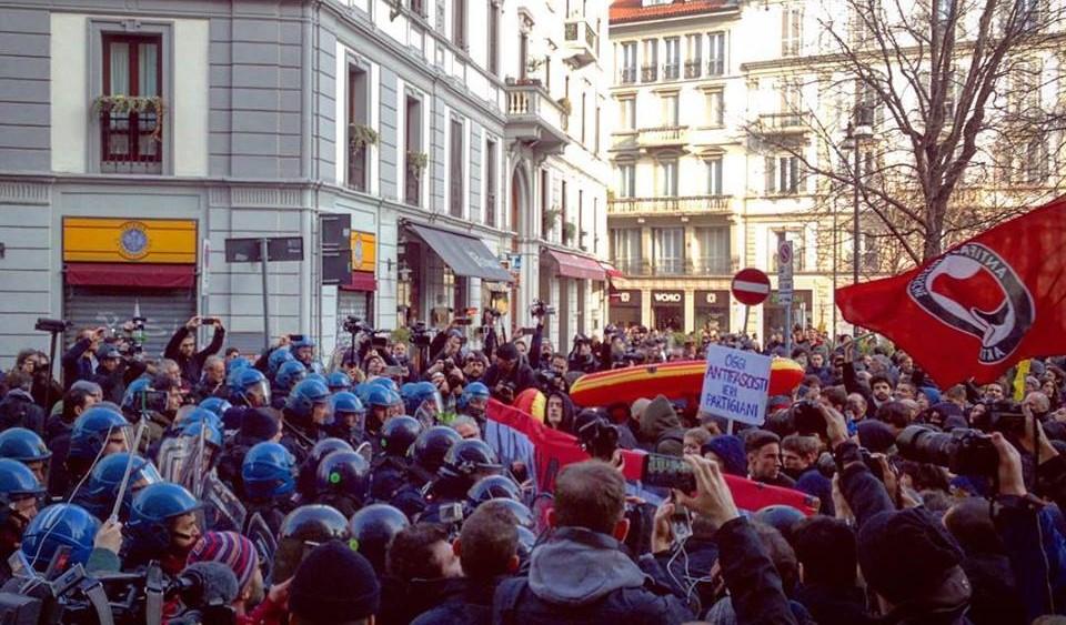 Milano antifascista in piazza tra cariche, lacrimogeni e assedio poliziesco
