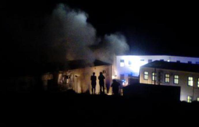 Lampedusa: proteste nell'Hotspot, in fiamme parti del centro. La polizia carica: all'ospedale due donne e una bambina. Il racconto e i video di alcuni migranti