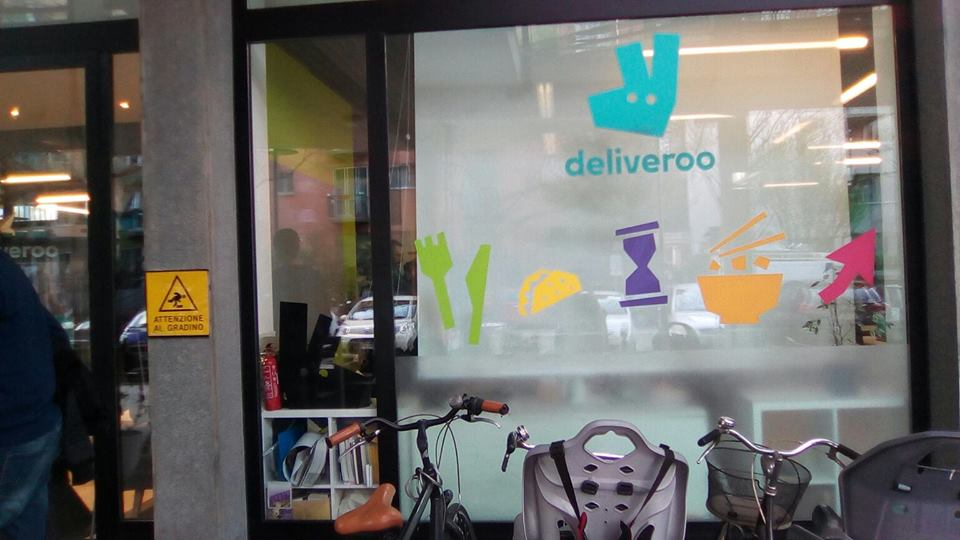 Deliveroo – I riders occupano la sede di Milano per chiedere diritti. Sgomberati dalla Polizia