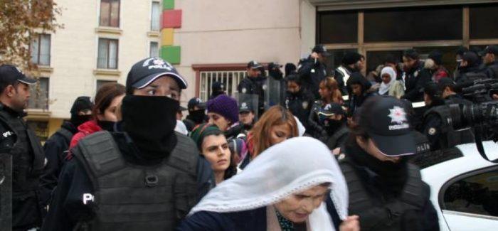 La polizia assalta donne in sciopero della fame in diverse città della Turchia