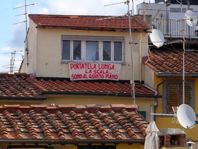 Fioriscono lenzuoli, sui balconi sale la protesta anti-Salvini