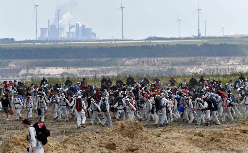 Germania, l'assalto ecologista alla miniera di carbone