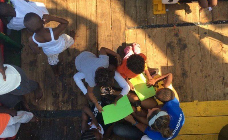 Mare Jonio: lo sbarco nel mare in burrasca al largo di Lampedusa