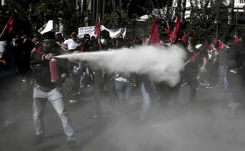 Scontri in Grecia per la cancellazione del divieto d'ingresso nelle università della polizia