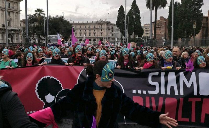 Matrioske, lottatrici e glitter contro la violenza maschile – 100.000 in piazza a Roma