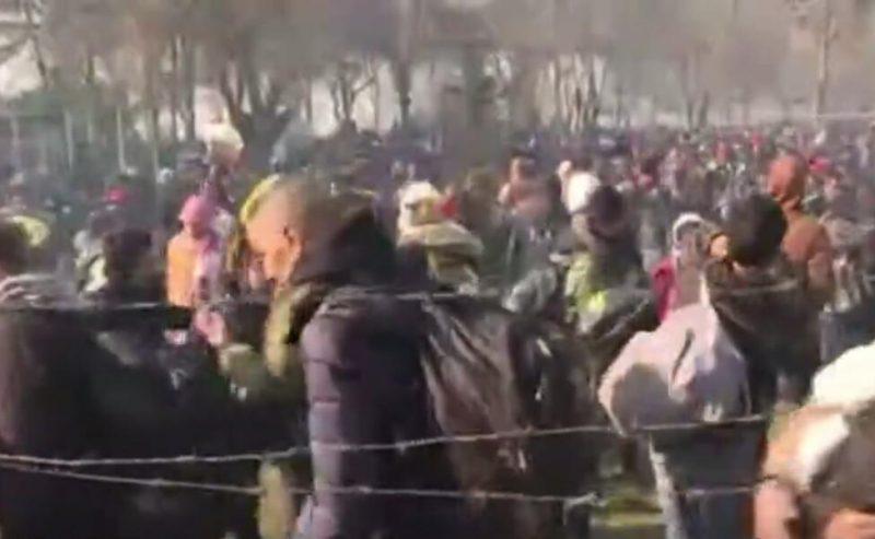 La Polizia greca attacca migliaia di profughi sul confine turco
