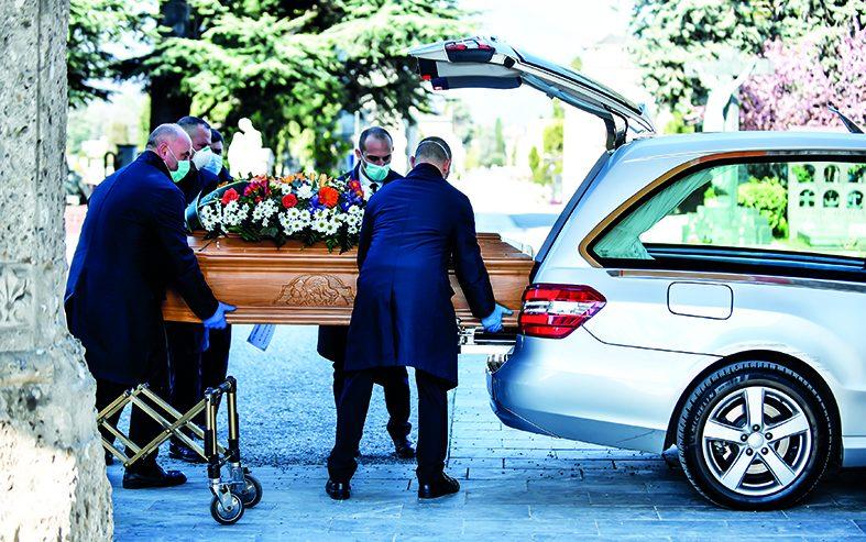 Bergamo, gli operatori sfiniti: «Qui si muore come mosche»