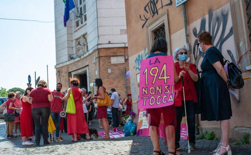 Ru486, le donne in piazza: 80 mila firme per abortire senza dolore né contagi