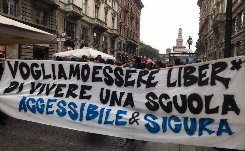 Milano – Scuola in piazza dopo il lungo stop Covid