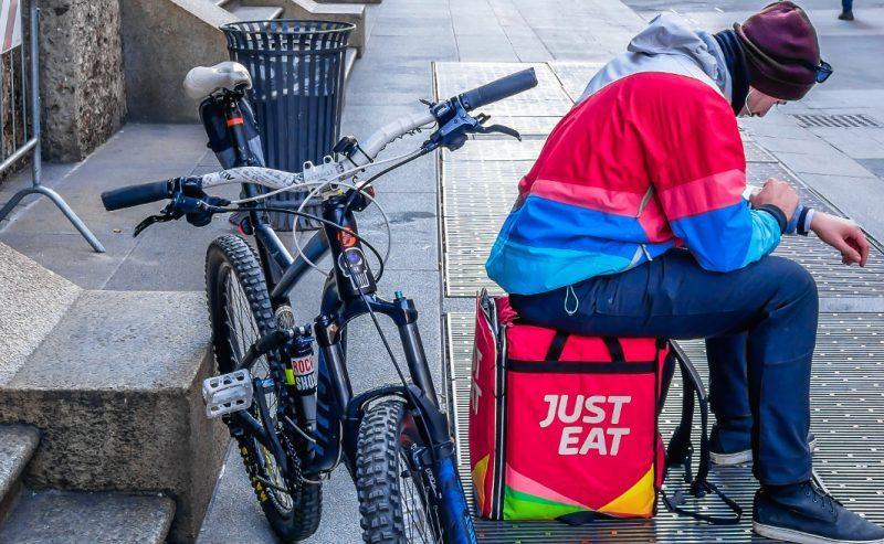 Rider, Just Eat fa sul serio: «Assumeremo tutti in Italia»