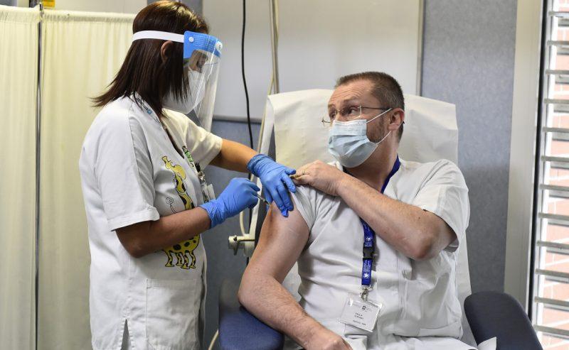 Vaccini, anche AstraZeneca taglia del 60% le dosi