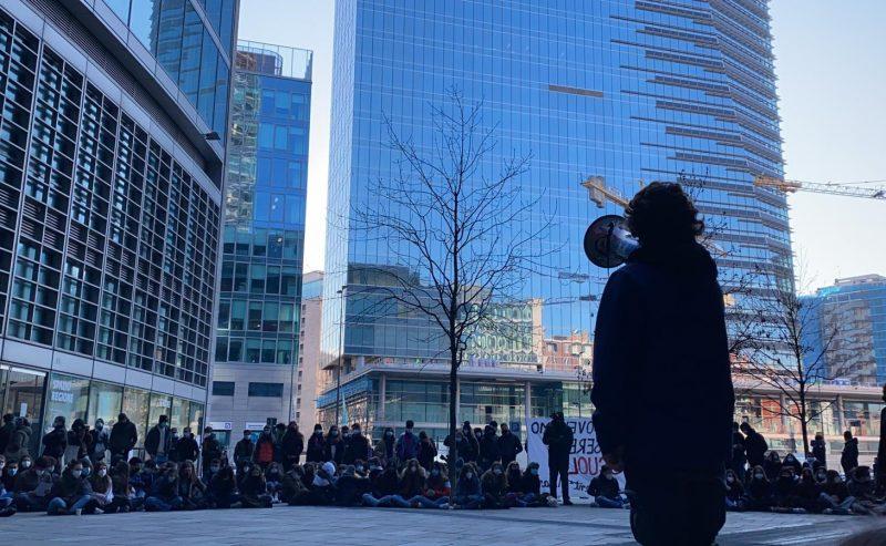 Studenti e studentesse sotto la Regione per lo sciopero della didattica a distanza