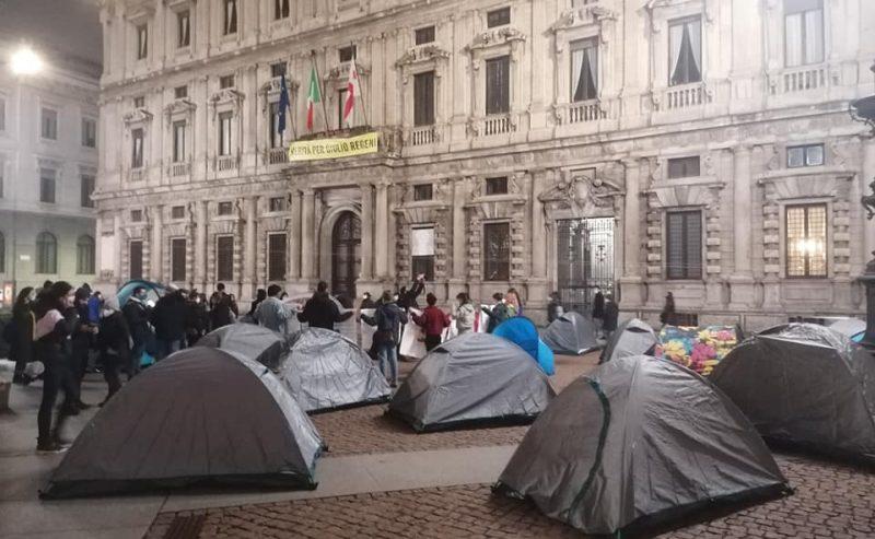 """La """"mano invisibile"""" del mercato affitti: i numeri dell'emergenza abitativa a Milano"""
