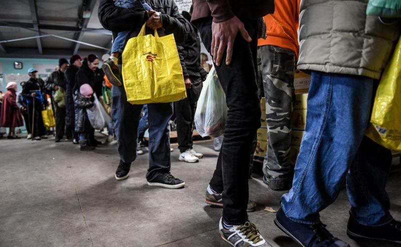 Senza reddito, la lunga fila in Italia per il pasto di Pasqua