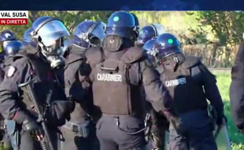 Carabiniere si vanta di aver sparato lacrimogeni in faccia ai NoTav
