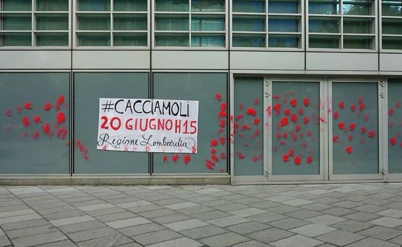 Vernice rosso sangue contro la Regione Lombardia. Qualcuno ricorda a Fontana e soci le loro responsabilità