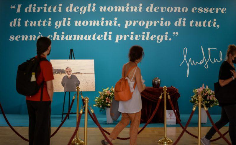«Continuiamo noi»: il lungo abbraccio al dottor Gino Strada